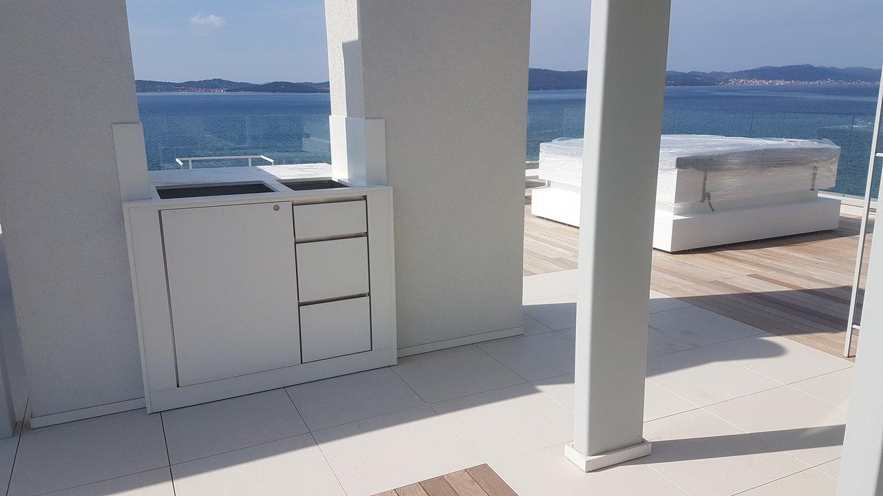 inox-gospodinjska-kuhinja-oblozena-z-umetnim-granitom-na-morju
